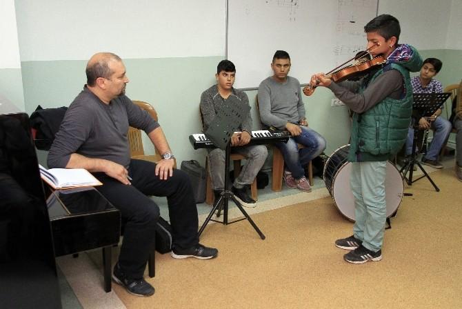 İzmir'de Yetenekli Çocuklara Müzik Eğitimi