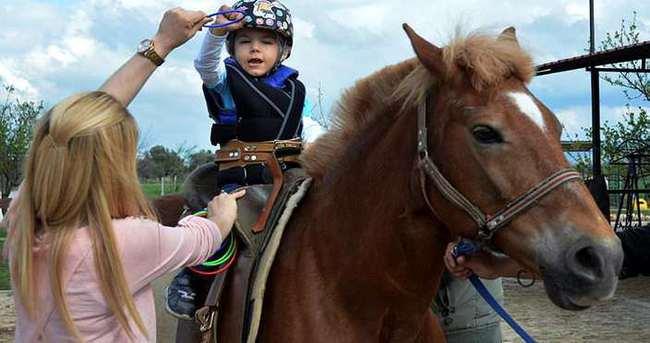 Atlı terapiyle engelsiz hayata adım attı