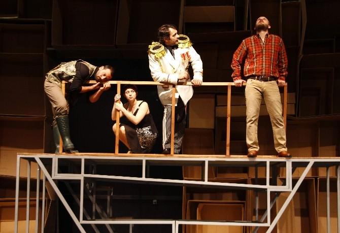 """Tiyatro Anadolu'nun Yeni Oyunu: """"İntiharın Genel Provası"""""""