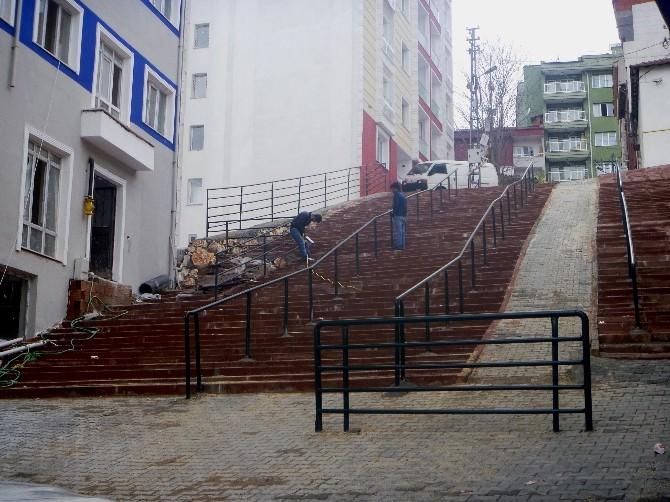 Dik Yokuşlu Merdivenlere Demir Korkuluklar