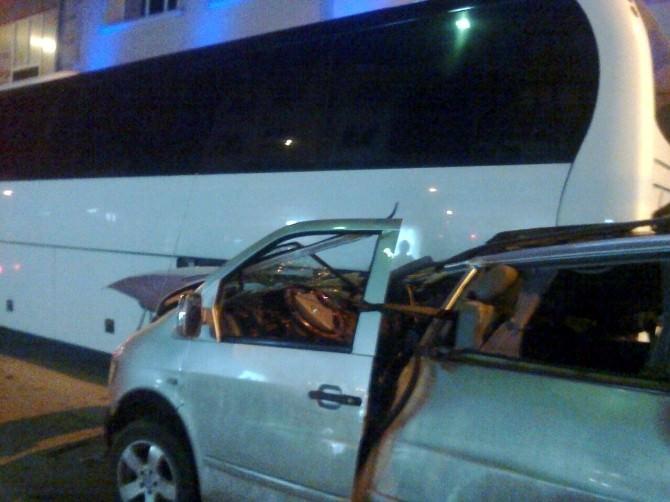 Minibüs Duran Otobüsün Arkasından Çarptı: 2 Yaralı
