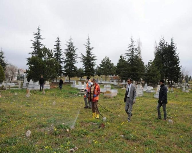Kırşehir Belediyesi Mezarlıklarda İlaçlama Ve Temizlik Çalışması Yaptı