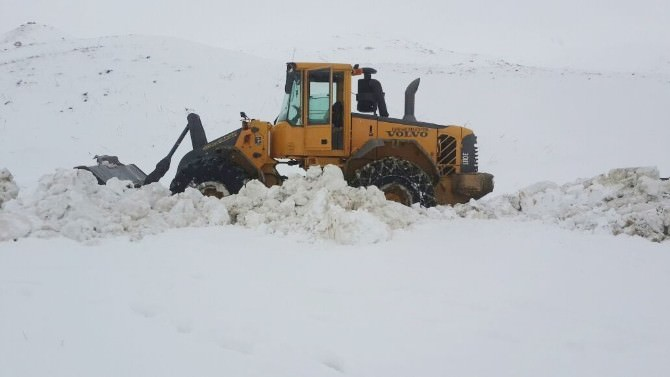 Karları Aşarak Arızaya Müdahale Ediyorlar