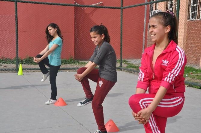 Yıldız Kızlar Futbol Takımı, Erkeklere Meydan Okudu