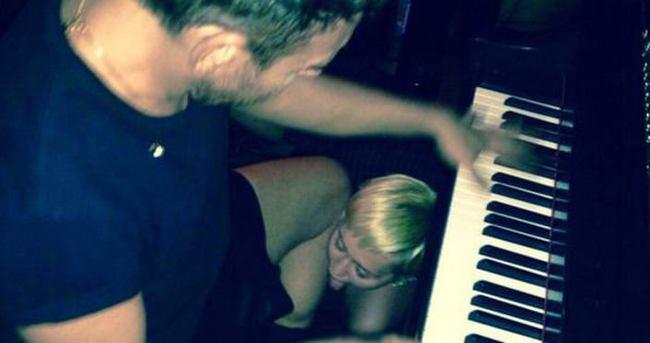 Türk fotoğrafçı, Miley Cyrus'a diz çöktürdü