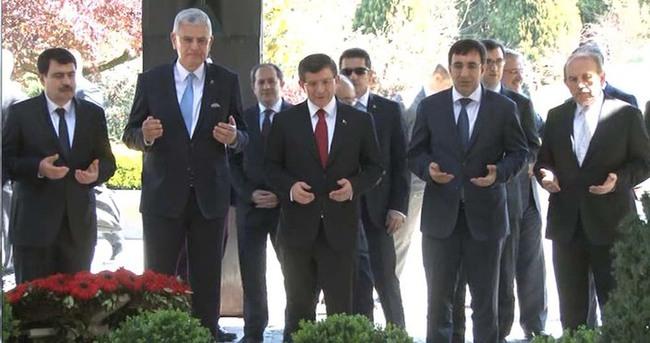 Ahmet Davutoğlu Turgut Özal'ın mezarını ziyaret etti