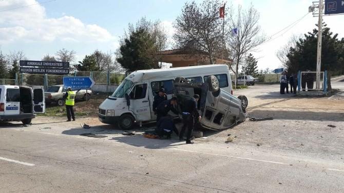 Hafif Ticari Araç Öğrenci Taşıyan Minibüse Çarptı: 9 Yaralı