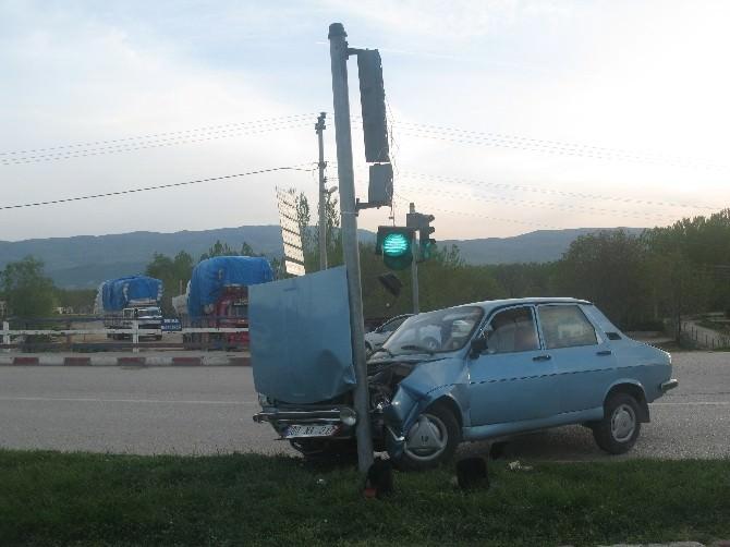 Otomobil Refüje Çıktı: 2 Yaralı
