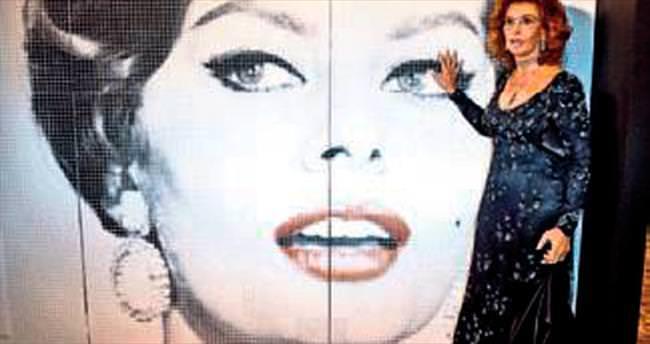Loren mozaikten portresini imzaladı