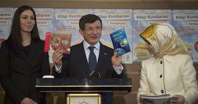 Davutoğlu'ndan Kitap Kumbarası'na destek