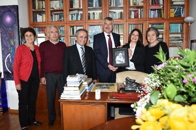 Karalar, Çukurova Ödülü'nü Yaşar Kemal'in Eşine Teslim Etti