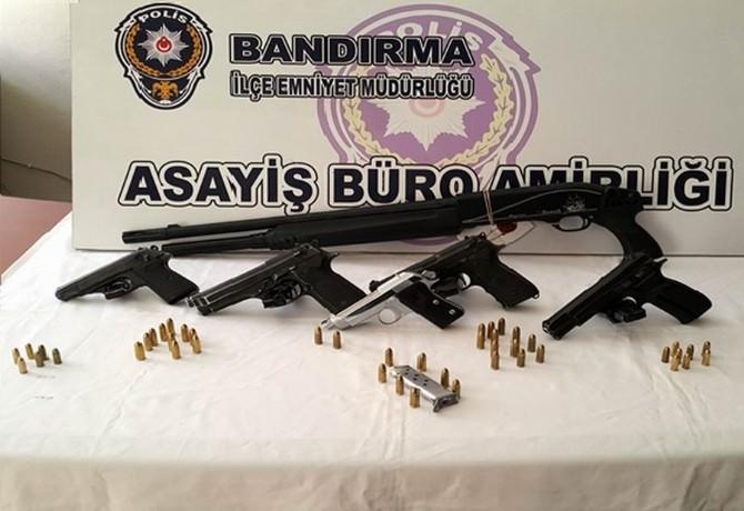 Bandırma'da Ruhsatsız Silahlar Ele Geçirildi