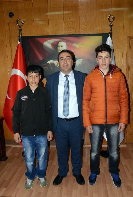 Sarıkamış Belediye Başkan Toksoy, Başarılı Snowboardçu Kardeşleri Tebrik Etti