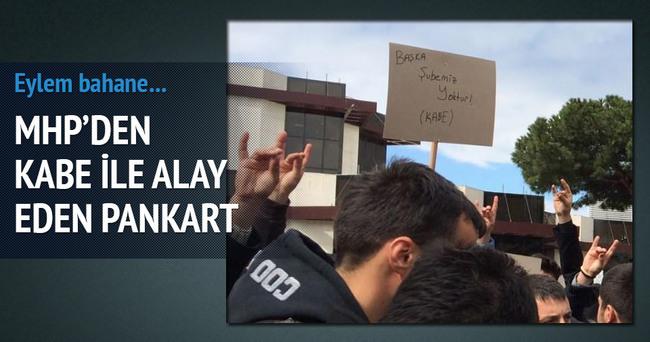 MHP'den Kabe'yle alay eden pankart!