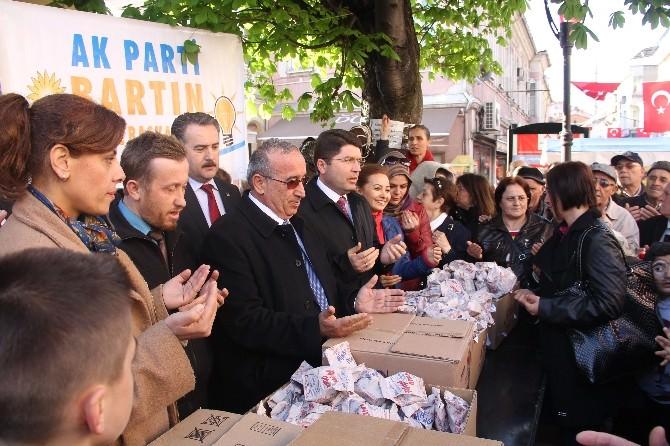 AK Parti Kadın Kolları Kandil Simidi Dağıttı