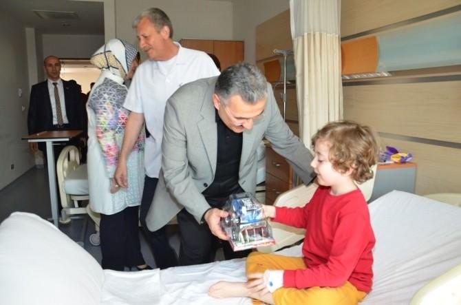 Vali Ayyıldız 23 Nisan'da Çocuk Hastaları Sevindirdi