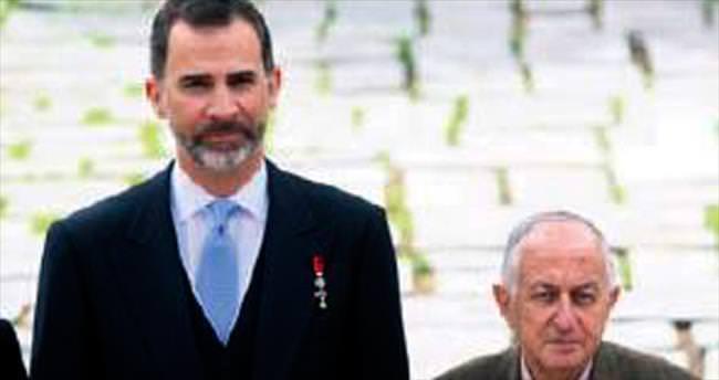Prestijli ödülü kalan tek kravatıyla aldı