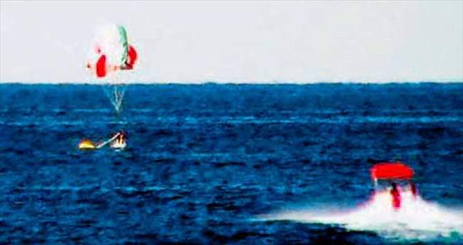 Paraşütü kapanan pilot denize indi