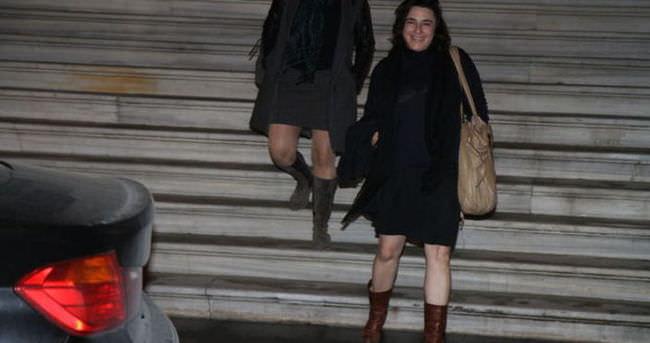Esra Dermancıoğlu flaşlar patlayınca kahkahalar attı