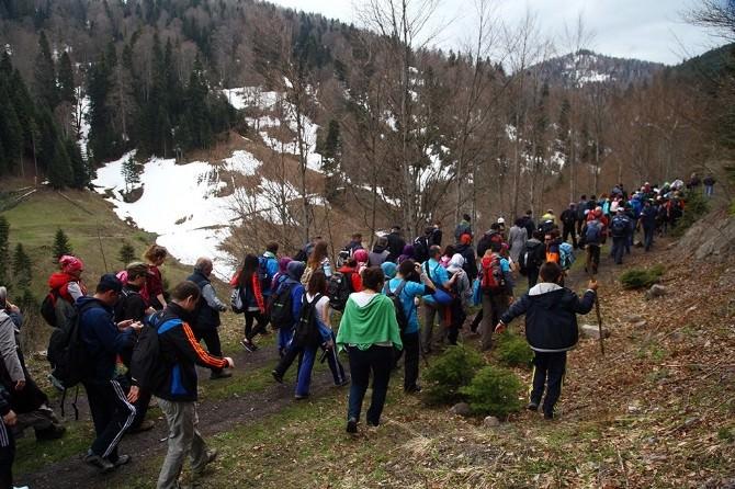 İlkbahar Doğa Yürüyüşleri Hendek Çiğdem Yaylası Parkuruyla Devam Etti