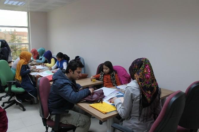 Gençlik Merkezinde Kaligrafi Kursları Devam Ediyor