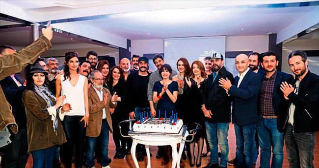 Dizi ekibi başarılarını pasta keserek kutladı