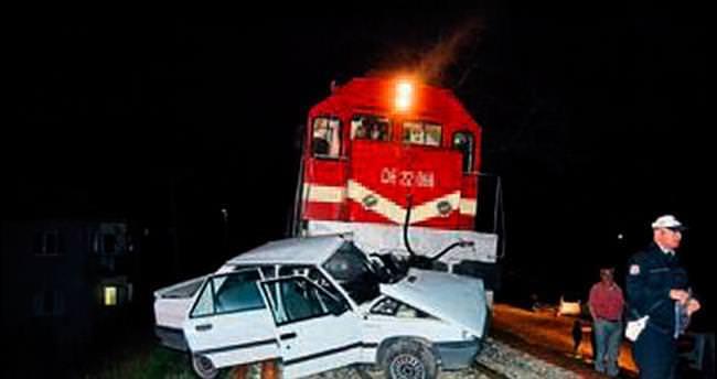 Tren otomobile çarptı: 1 ölü 1 yaralı