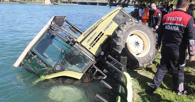 Ot biçerken traktörle nehre uçtu