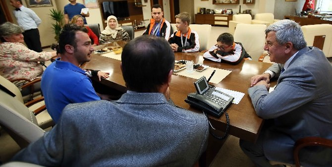 Başkan Karaosmanoğlu Özel Peteğim Okulu Öğrencilerini Kabul Etti