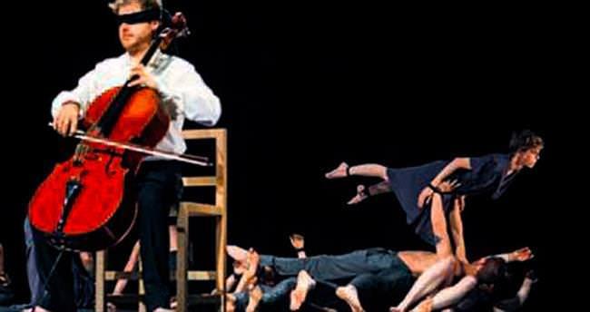 Müzik festivalinde Circa şov zamanı