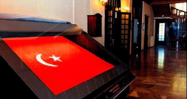 Kayıp Osmanlı bayrağı Türkiye'ye iade edildi
