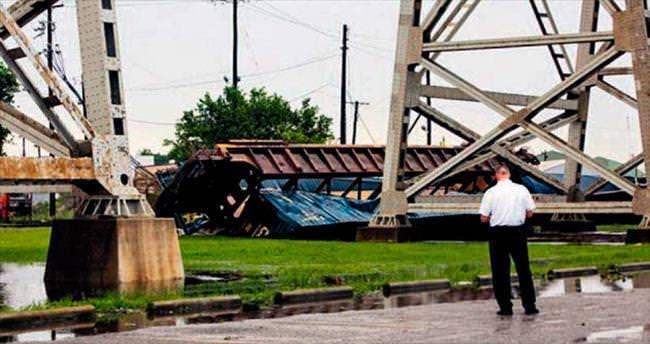 Şiddetli rüzgâr treni köprüden aşağı yuvarladı