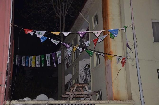 Bilecik HDP Binasına Asılan Bayrakları İndirmeye Çalışan Gruba Polis Müdahale Etti