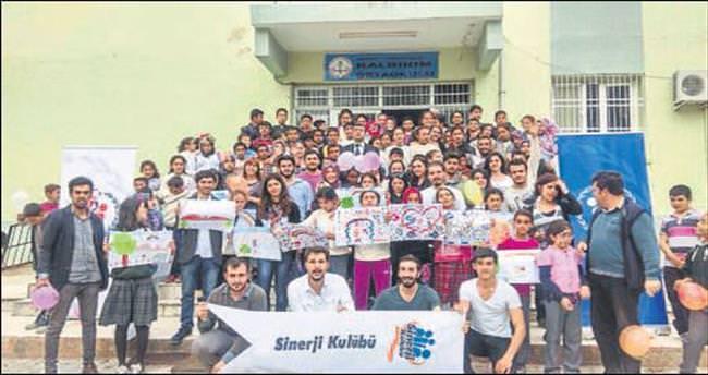 Ortaokulun kütüphanesini ÇÜ öğrencileri kurdu