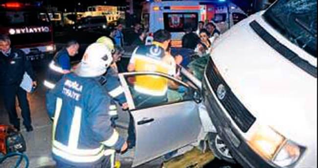 Polisten kaçarken minibüse çarptılar