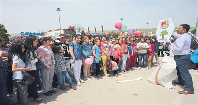Şenlikte çocuklara 4 bin uçurtma verildi