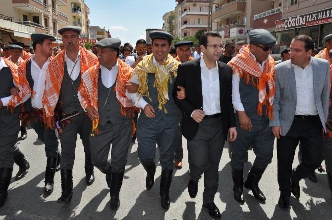 AK Partili Turhan Efelerle Zeybek Oynadı