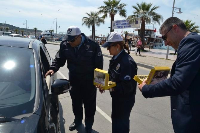 Ayvalık'ta Trafik Polisleriyle Şoförler Odasından Sürücülere Çikolatalı Uyarı