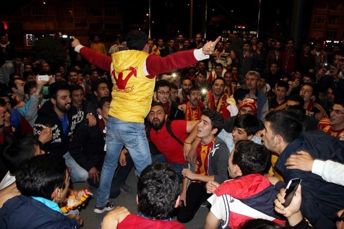 Kayserispor Taraftarları Süper Lige Çıkışı Oyuncularla Kutladı