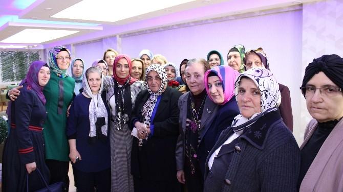 Taşkesenlioğlu Pazar Esnafına Karanfil Dağıttı