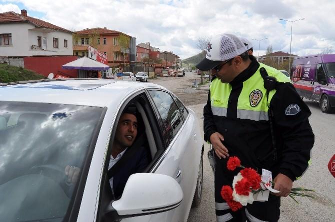 Yozgat'ta Trafik Polisleri Sürücülere Karanfil Dağıttı