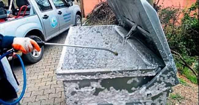 Konteynırlar köpükleme sistemiyle temizleniyor