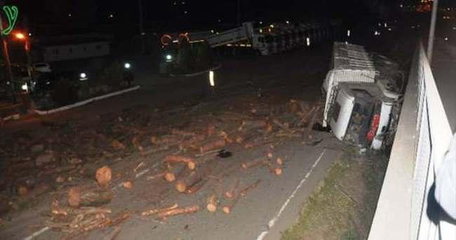 Odun yüklü kamyon freni patlayarak devrildi