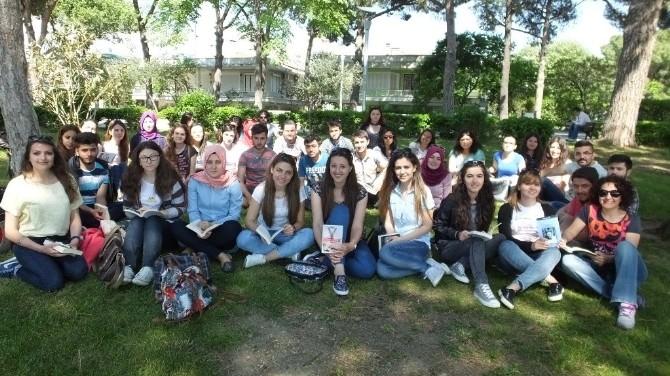 Burhaniye'de Üniversiteliler Çimlerin Üzerinde Kitap Okudu