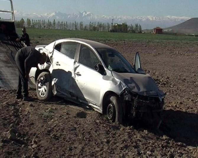 Otomobil Tarlaya Uçtu: 4 Yaralı