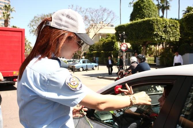 Polis Ve Jandarmadan Saygılı Sürücülere Çiçek