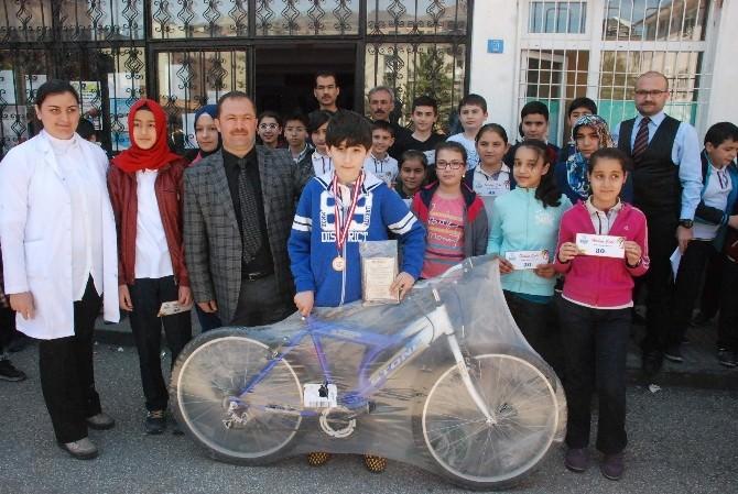 Başarılı Öğrencilere Ödülleri Verildi