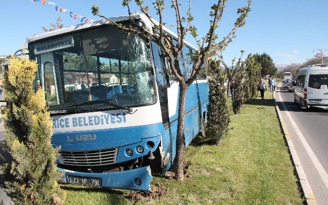 Otobüs, Otomobile Çarpmamak İçin Refüje Çıktı: 2 Yaralı
