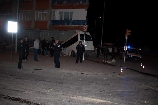 Minibüs Bahçe İle Duvar Arasında Asılı Kaldı: 2 Yaralı