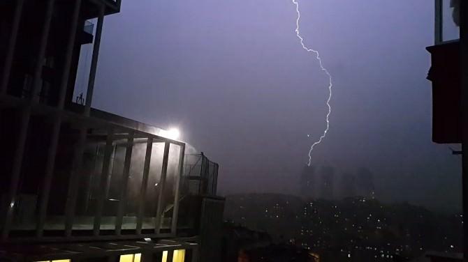 İstanbul'da Şiddetli Yağmur Elektrik Kesintilerine Yol Açtı
